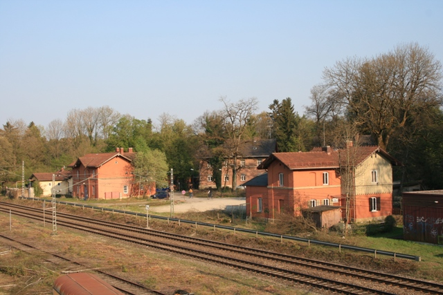 Die beiden Flügelbauten des früherenEmpfangsgebäudes blieben erhlaten und werden als Wohnhäuser genutzt. Der verbindende Mitteltrakt mit der Wartehalle wurde in den 1980-er Jahren abgebrochen. (2011)