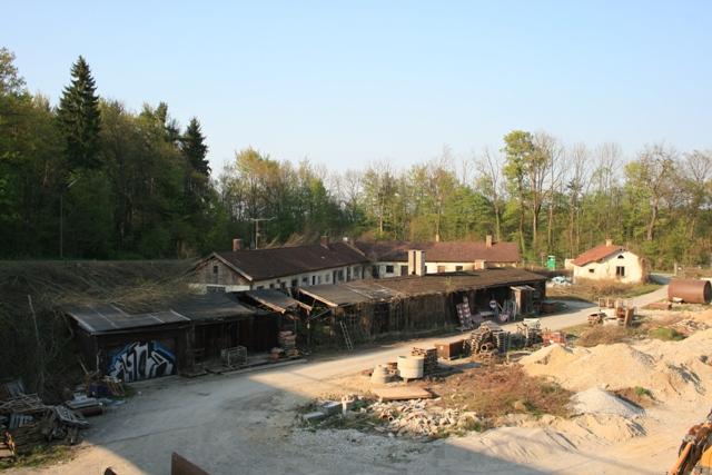 Blick auf die früheren Gebäude der Bahnmeisterei Großhesselohe